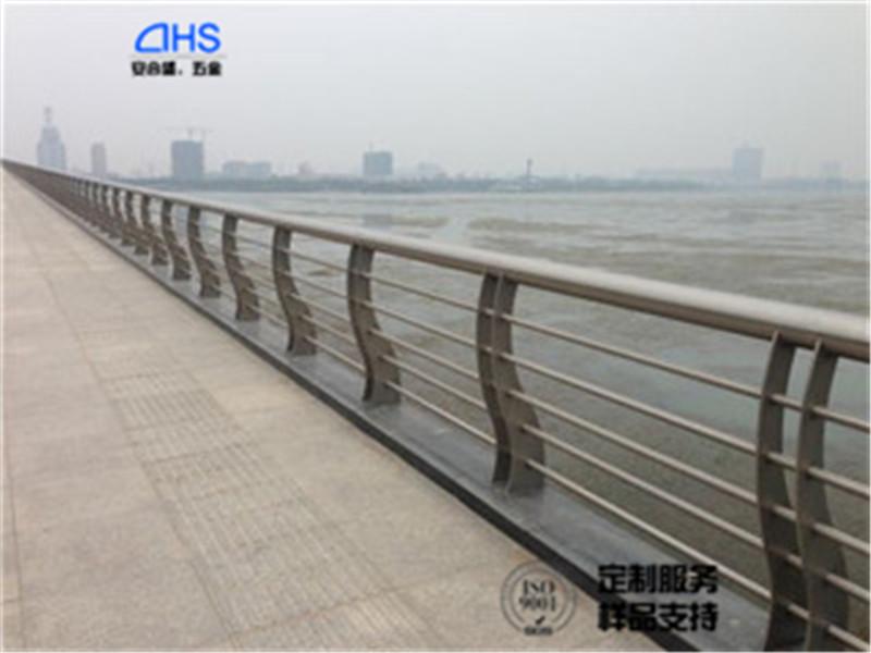q235钢板河道护栏定制生产桥梁隔离栏杆